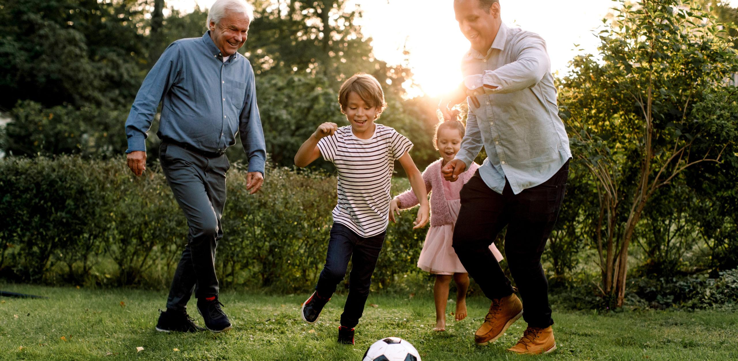 Bestefar, far og barn spiller fotball