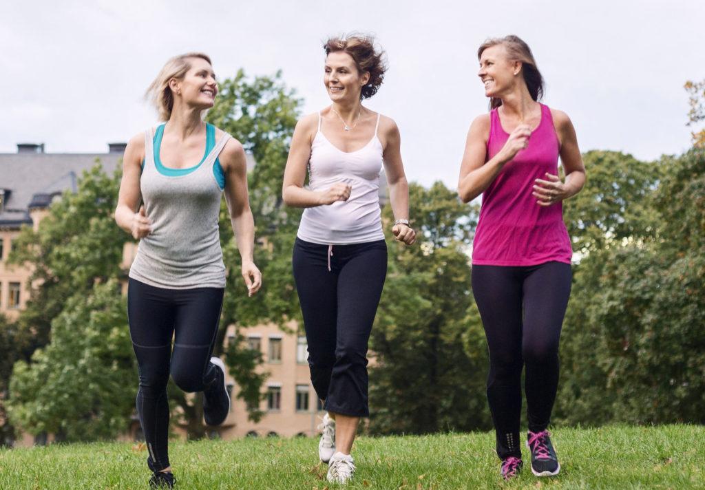 3 damer som jogger i parken